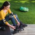 Stihl Viking iMow Rasenroboter und Frau mit Rollschuhe